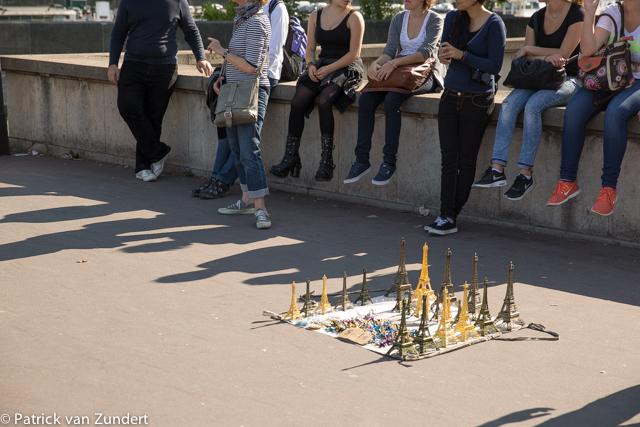 Straatverkopers profiteren van staking Eiffeltoren