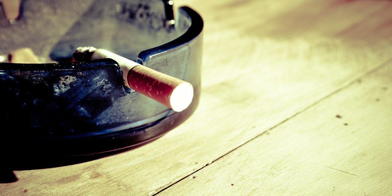 Waarom hebben vliegtuigen asbakken – ondanks rookverbod