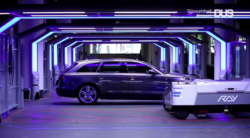 Robot parkeert auto op vliegveld Düsseldorf